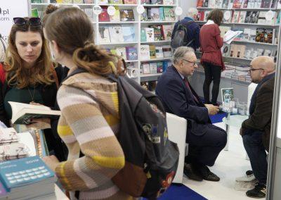 """Warszawskie Targi Książki. Podpisywanie książek""""Życie rodzinne Zanussich. Rozmowy z Elżbietą i Krzysztofem"""" przez Krzysztofa Zanussiego.  fot.Błażej Zych"""